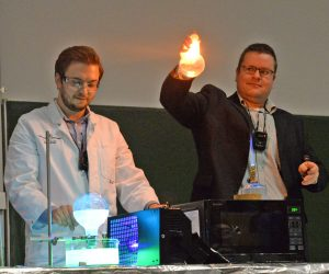 Prof. Dr. Marco Beeken und Doktorand Michael Budke bringen Rundkolben zum Leuchten